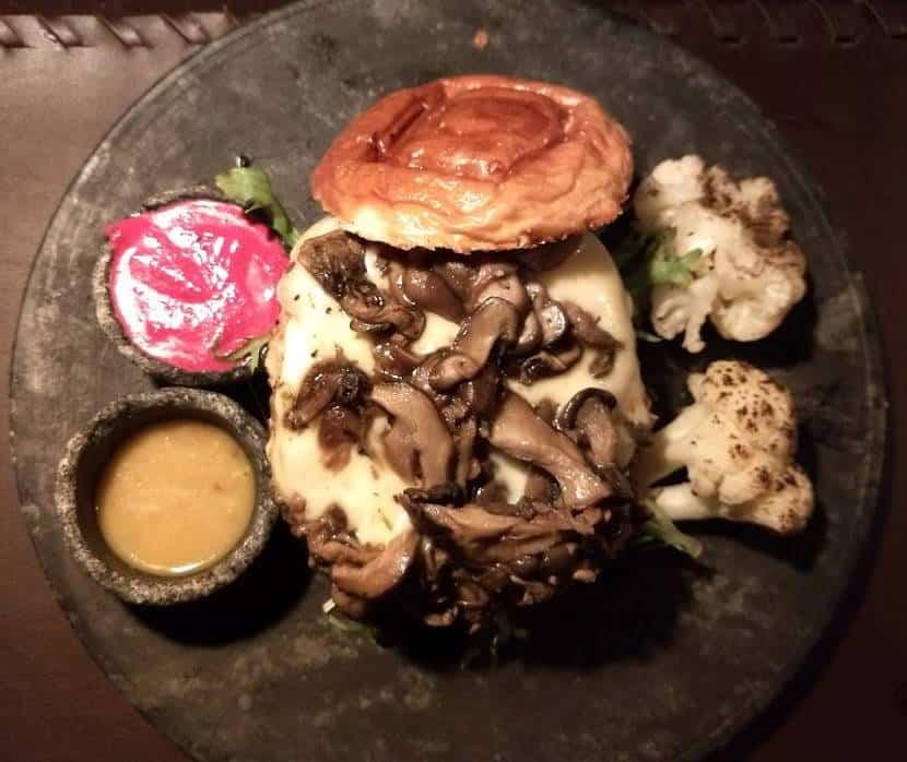 Teldrassil: Hamburguer com 180g de frango com parmesão, queijo mussarela, shimeji e shitake, alface frise no pão de brioche. Acompanha maionese de beterraba e couve flor gratinada.