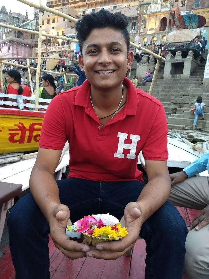 Lokendra, que foi nosso guia por Jaipur, Agra e Varanasi, segurando sua oferenda para o Ganges