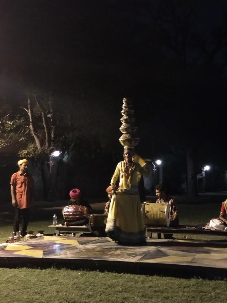 Jantar com danças e comidas típicas no Palácio Narain Niwas