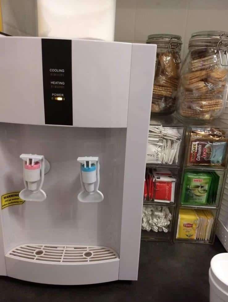 Há uma mini geladeira também