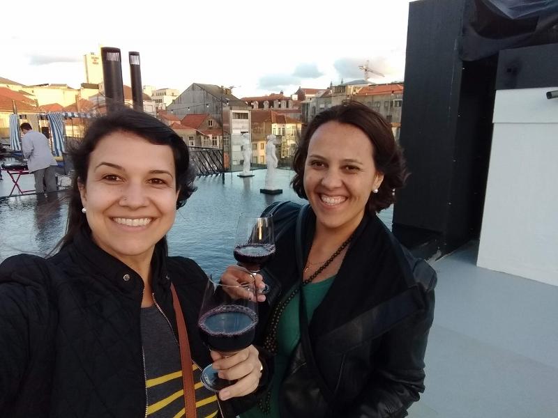 Nossa cara de felicidade tomando vinho no rooftop :)