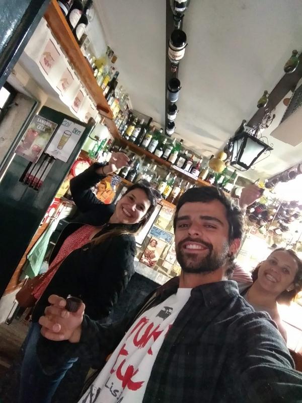 Finalizamos o tour experimentando ginja, um licor de chocolate típico de Portugal