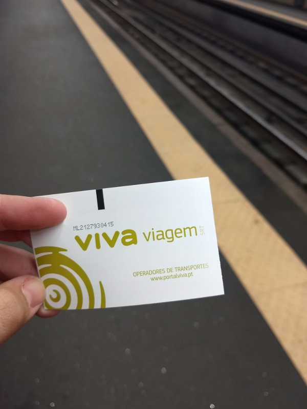 Bilhete do metrô, ônibus e comboios é comprado uma vez só e você pode regarregá-lo