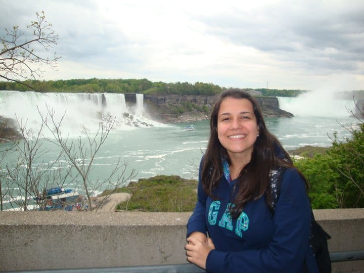 Posando em frente a Niagara Falls